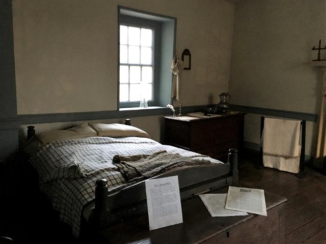ジョージタウンのオールド・ストーンハウスの主寝室のベッド