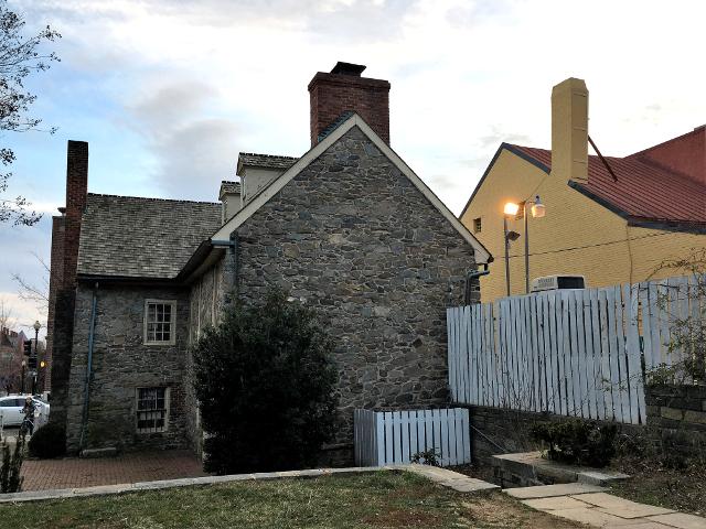 オールド・ストーン・ハウスの裏庭から臨む家屋の全貌