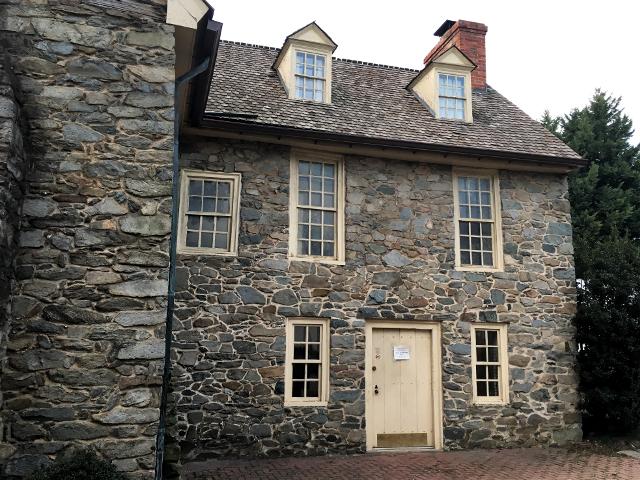 ジョージタウンのオールド・ストーン・ハウスの裏手の台所のドア