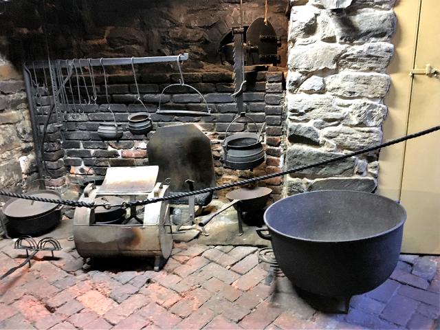 13植民地時代には大きな暖炉が竈として使用されました。