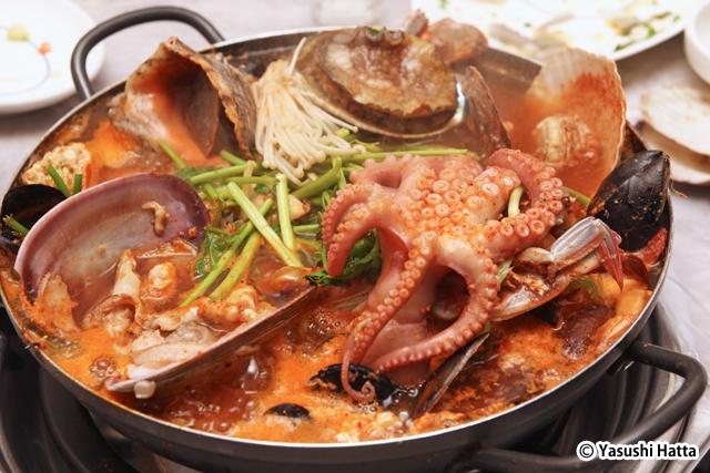 大きな貝やテナガダコは店の人がハサミで食べやすく切ってくれる