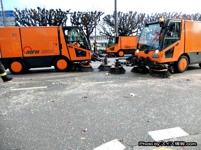 パレード終了後は即、清掃車出動。