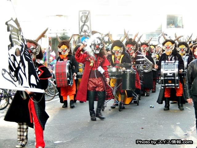 街を練り歩く、グッゲンミュージック(Guggenmusik)