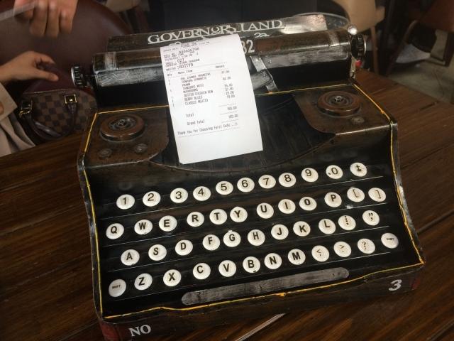 タイプライターで伝票が