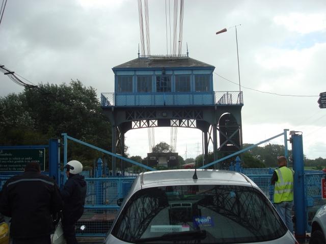 青い小屋のように見えるのは運転室