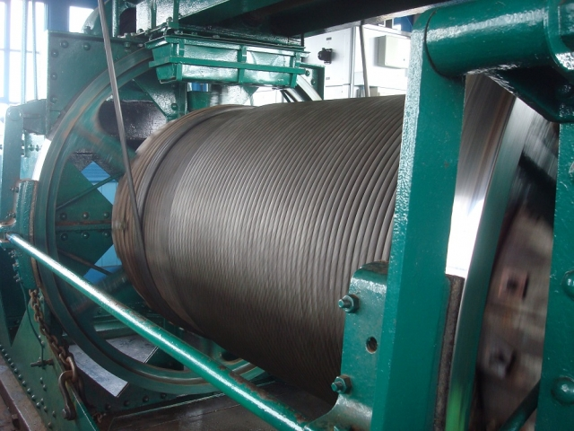 糸巻きの正体は、ゴンドラを移動させる鋼鉄のケーブル