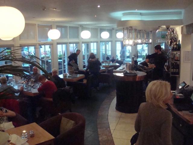 地階にあるレストランのバー・エリア