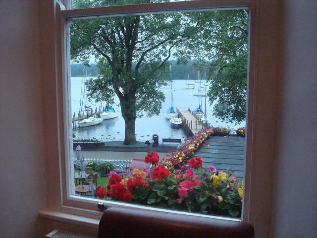 部屋の窓からウィンダミア湖を眺めて