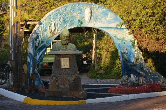 サンタ・クルス島の中心街に設置されたダーウィン像