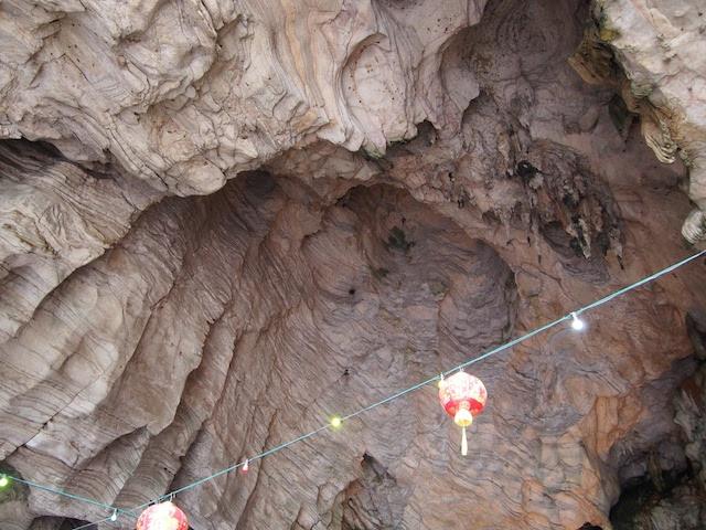 天井は石灰岩の鍾乳洞