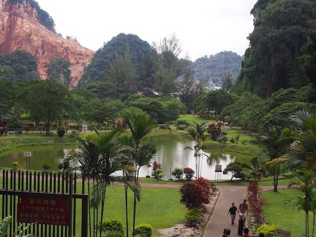 ケッラットン洞窟寺の奥には中華庭園が広がる