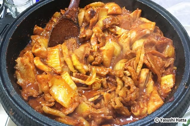 豚の脂とイカのうま味が調和。残ったタレでごはんを炒めても美味