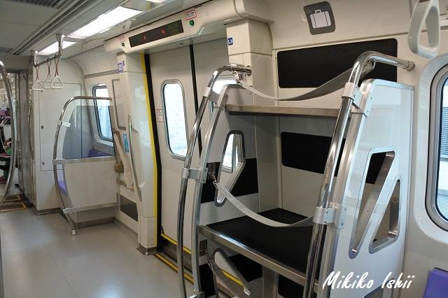 桃園MRTの車内 荷物置き場