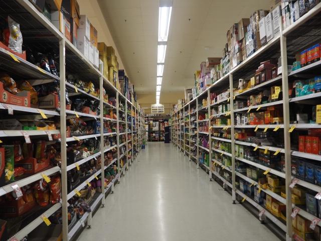 ズラリと商品の並ぶ、コールスの店内