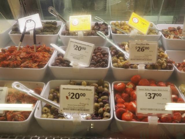 デリカテッセンに並ぶお惣菜たち