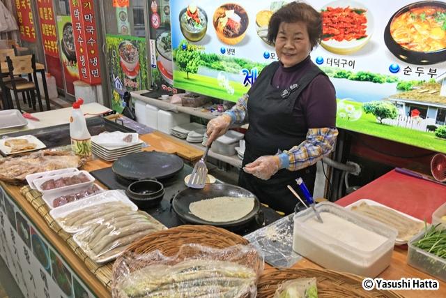 店頭ではその場で調理して販売。特産品のそばを使った料理が多い