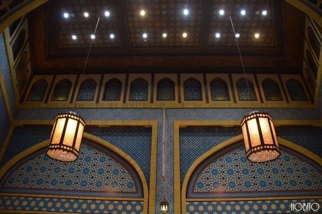 照明と壁のタイル