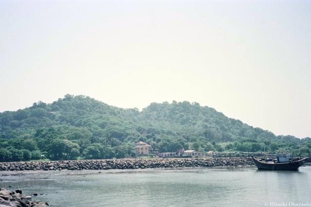 全域に石窟寺院が造営されたエレファンタ島