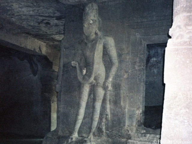中央の祠堂の入口に建つ仁王のような像