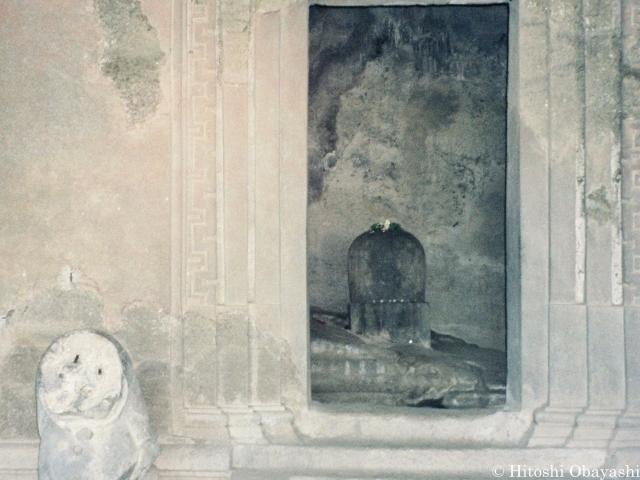 中央の祠堂に鎮座するシヴァ神の象徴、男根のリンガ