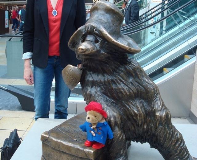 銅像になった熊のパディントン(ぬいぐるみバージョンは私物)