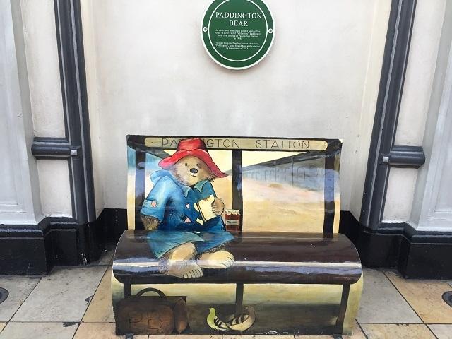 絵本の挿絵になったパディントンが描かれたベンチ