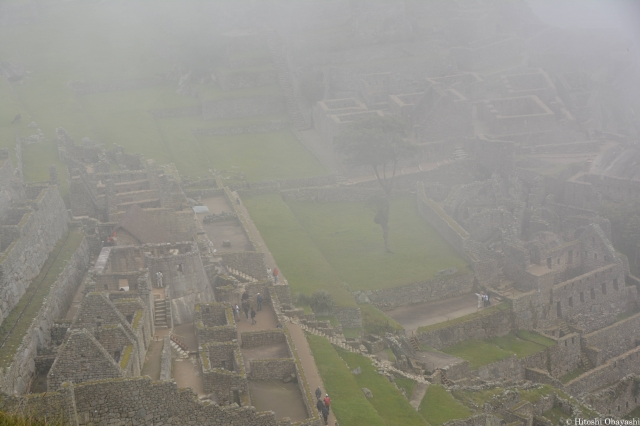 霧に包まれるインカの天空都市マチュピチュ