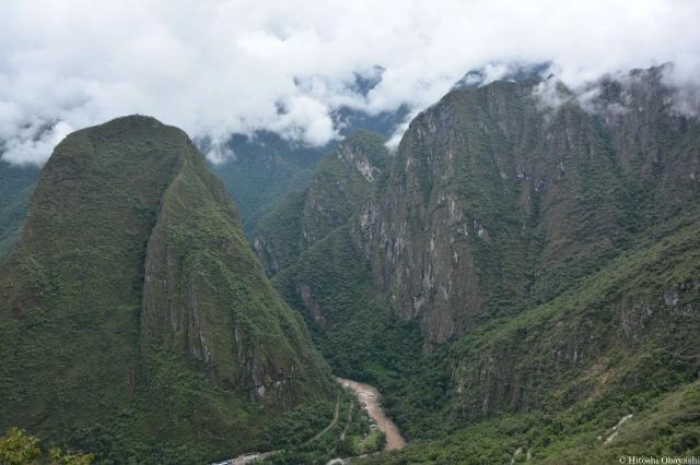 マチュピチュ山とワイナピチュ山を結ぶ尾根に築かれた遺跡