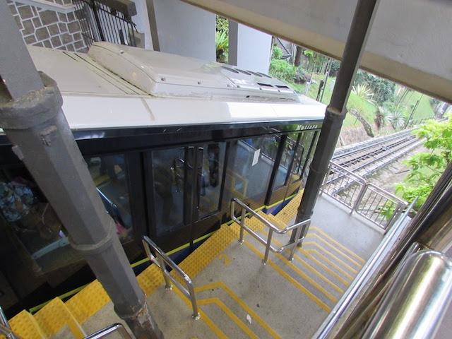 ペナンヒル頂上駅に停車しているケーブルカー
