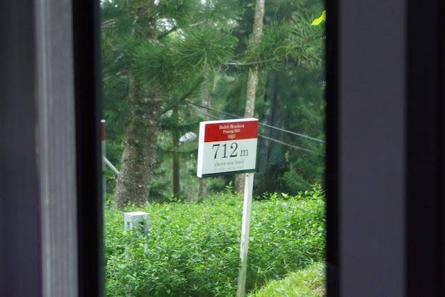 山頂駅付近に立つ標高を示す看板には712mの表記が