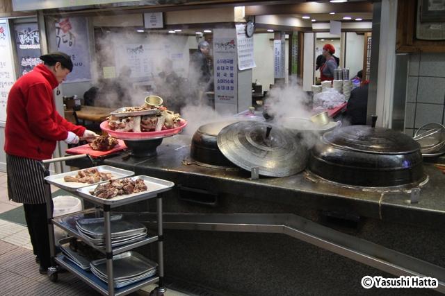 江原道江陵市の江陵中央市場で見られるスープ料理店の店頭風景