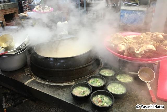 大釜でじっくり時間をかけて煮込むのが韓国式スープ料理の神髄