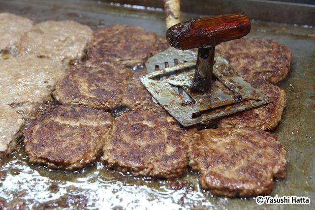 江陵中央市場名物のトッカルビ(焼肉風のハンバーグ)