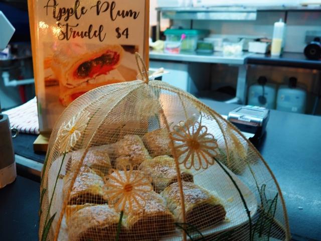 リンゴとプラムのシュトゥルーデル