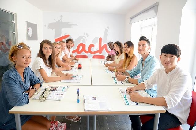 マルタ 多国籍な学生たち 教室