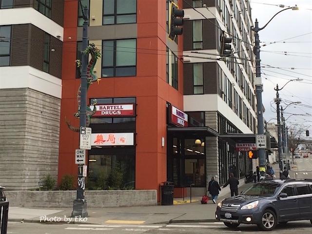 街路灯に龍が巻きつく、いかにも中華街な外観