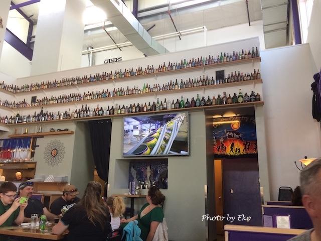 四方の壁にビール瓶が。全て当社製品。