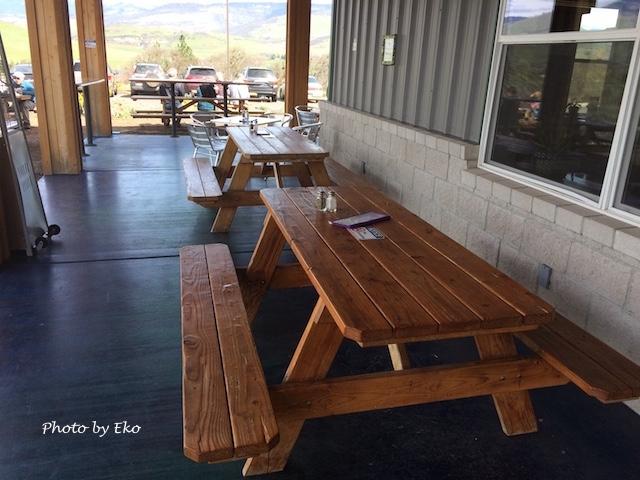 ピクニックテーブルのある外のデッキ