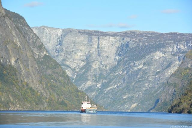ソグネ・フィヨルドの狭湾を巡るクルーズ船