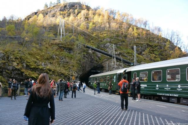 ソグネ・フィヨルドを走るフロム鉄道
