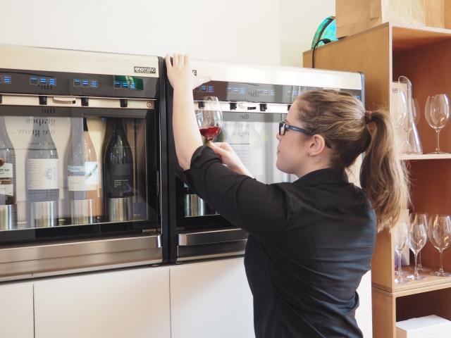 ワインを適温に保つセラーから直接グラスに注いでくれます