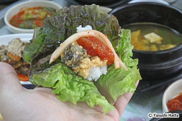 サンチュにタニシ味噌、クラゲ、大根、ごはんを載せたところ