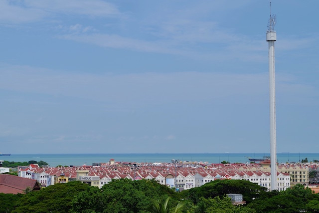 丘の途中からはマラッカ海峡とマラッカタワーが見える