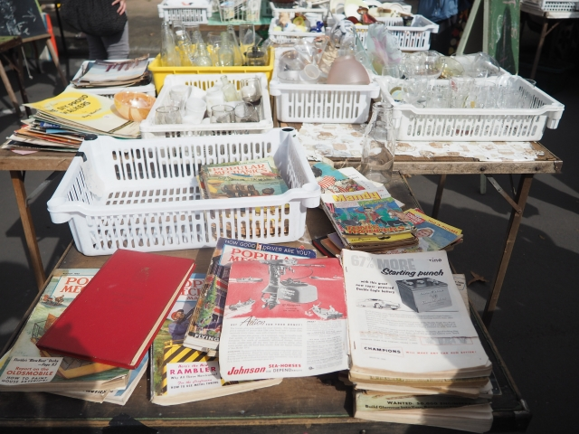 古本から玩具、食器などいろんな骨董品が並びます