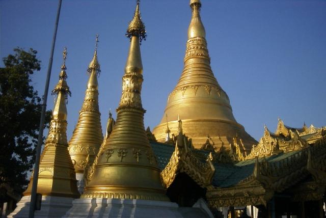 シュエダゴン・パゴダの敷地を埋め尽くす仏塔