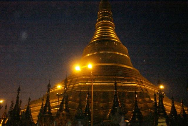 夜間にライトアップされる中央の仏塔