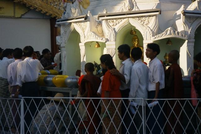 中央の仏塔を取り囲む祭壇