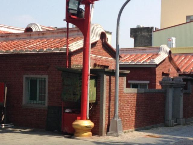 屋根の低い赤いレンガ造りの家