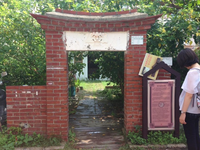 低い赤いレンガ造り入口