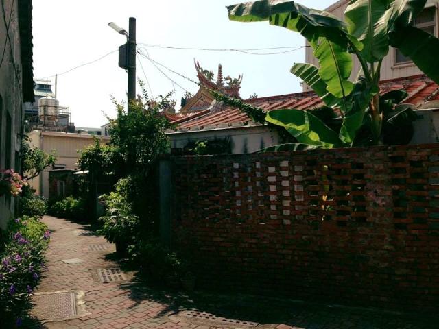 狭い路地の住宅